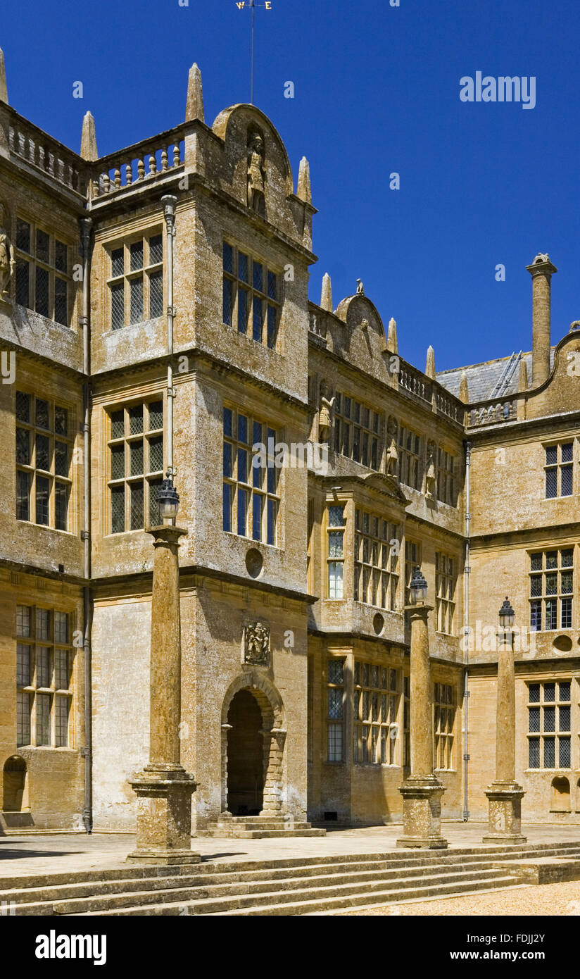 The central frontispiece on the east front of Montacute House, Somerset. This Elizabethan Ham-stone house was built - Stock Image