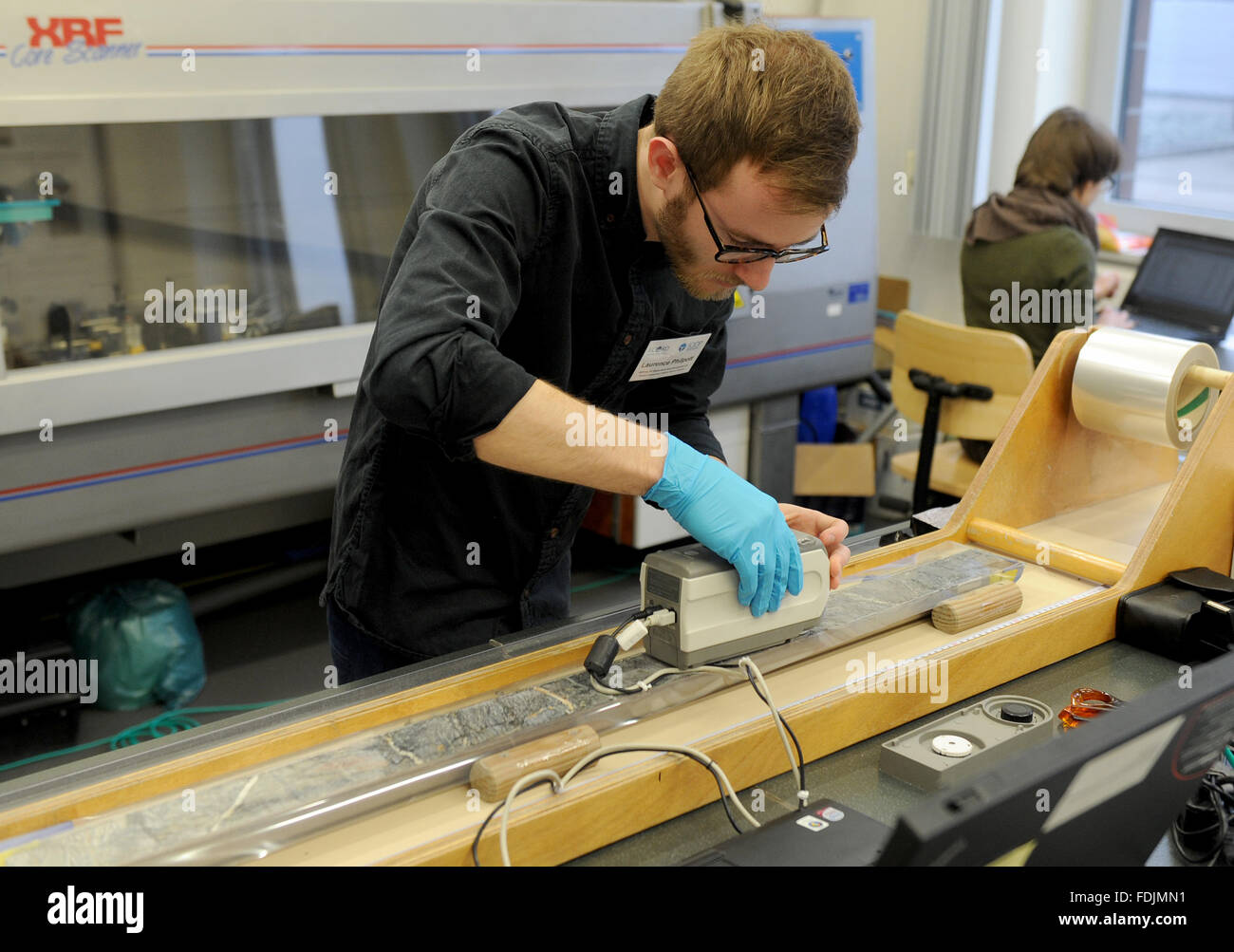 Bremen, Germany. 01st Feb, 2016. Marine scientist Laurence Philpott prepares the scan of a drill core sample from - Stock Image
