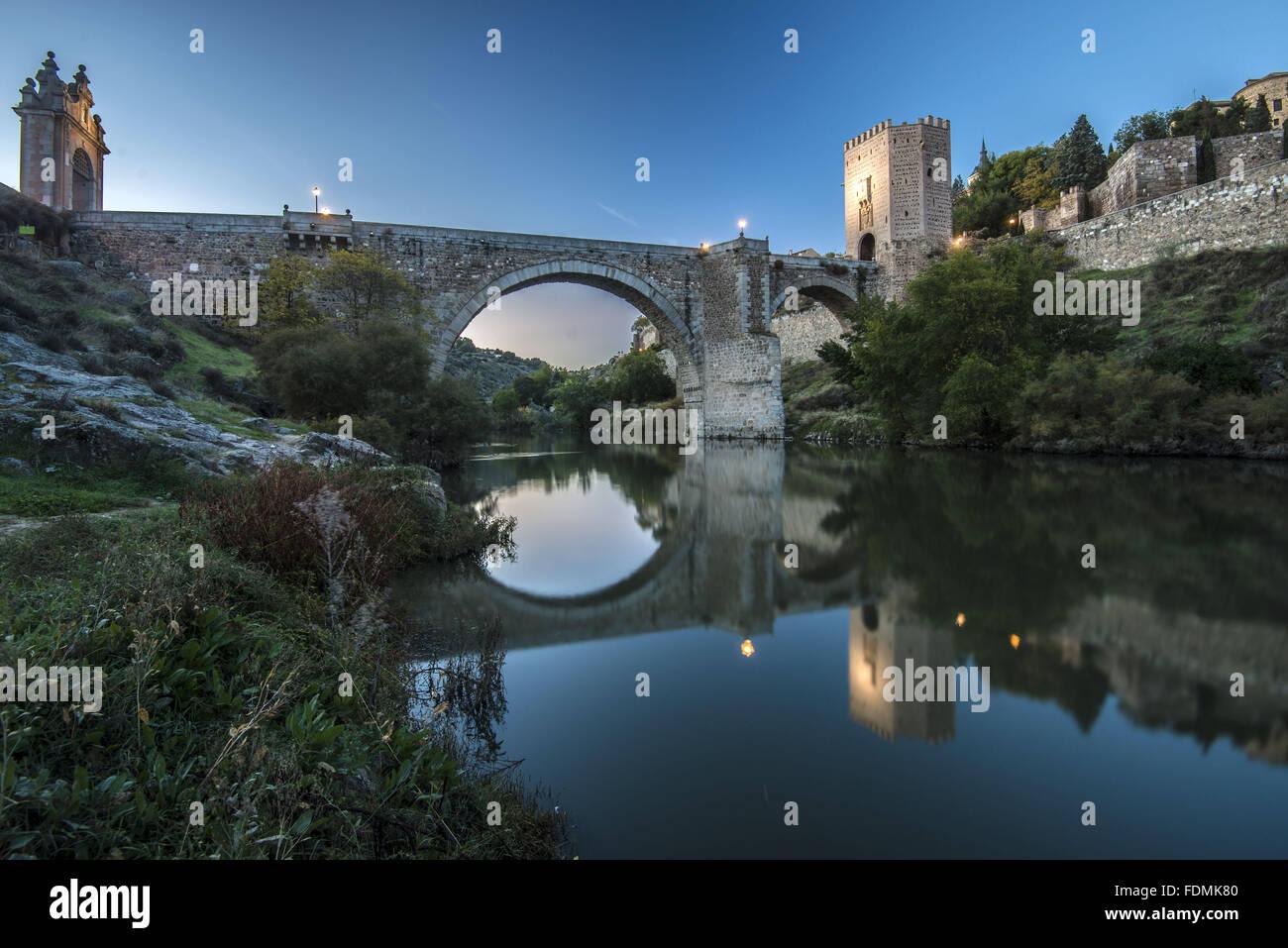 Puente de Alcantara on the River Tajo / Tejo - the second century Roman bridge between walls - Stock Image