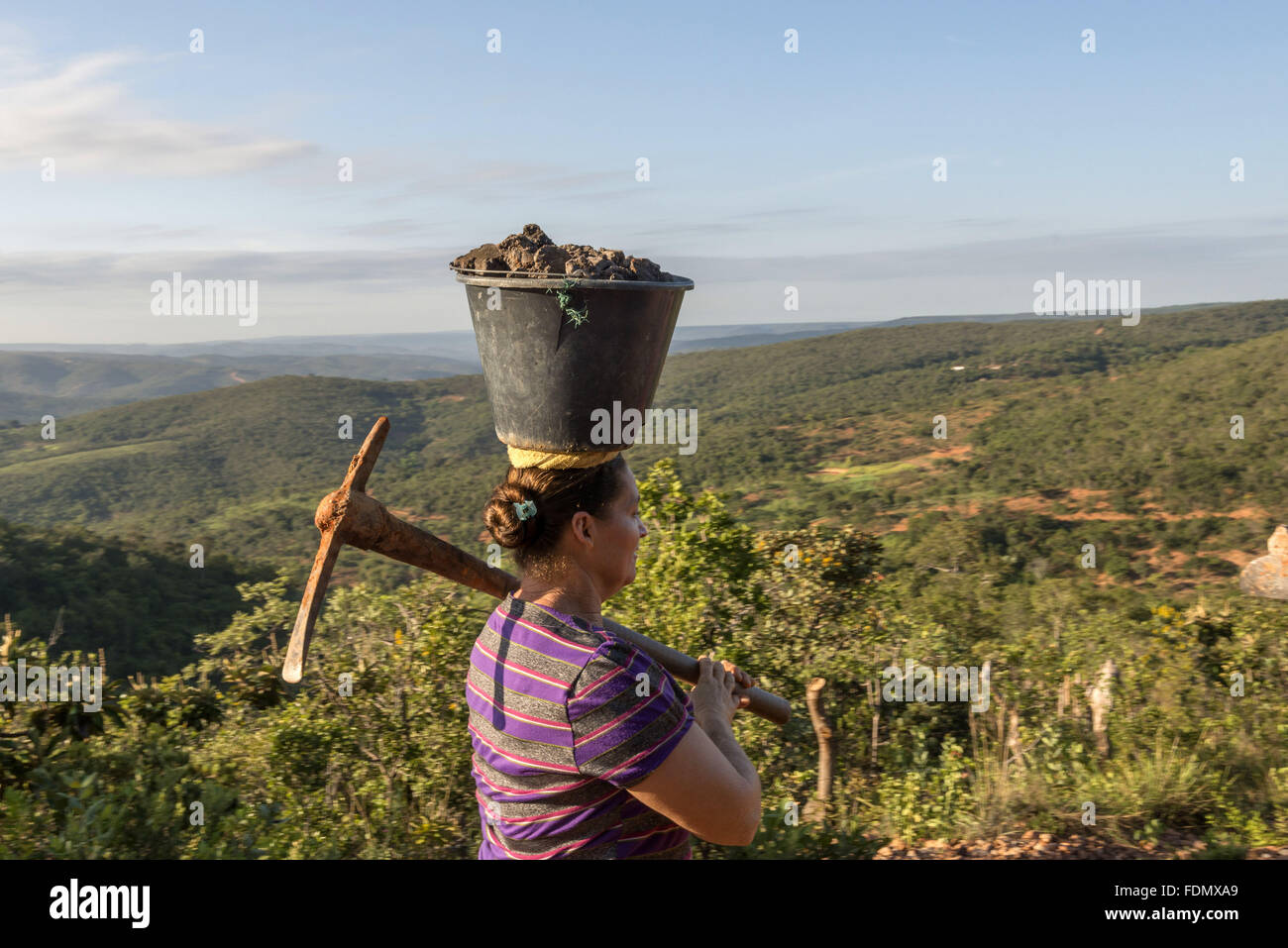 Artisan Maria Gomes da Silva carrying clay - the raw material for handicraft production - Stock Image