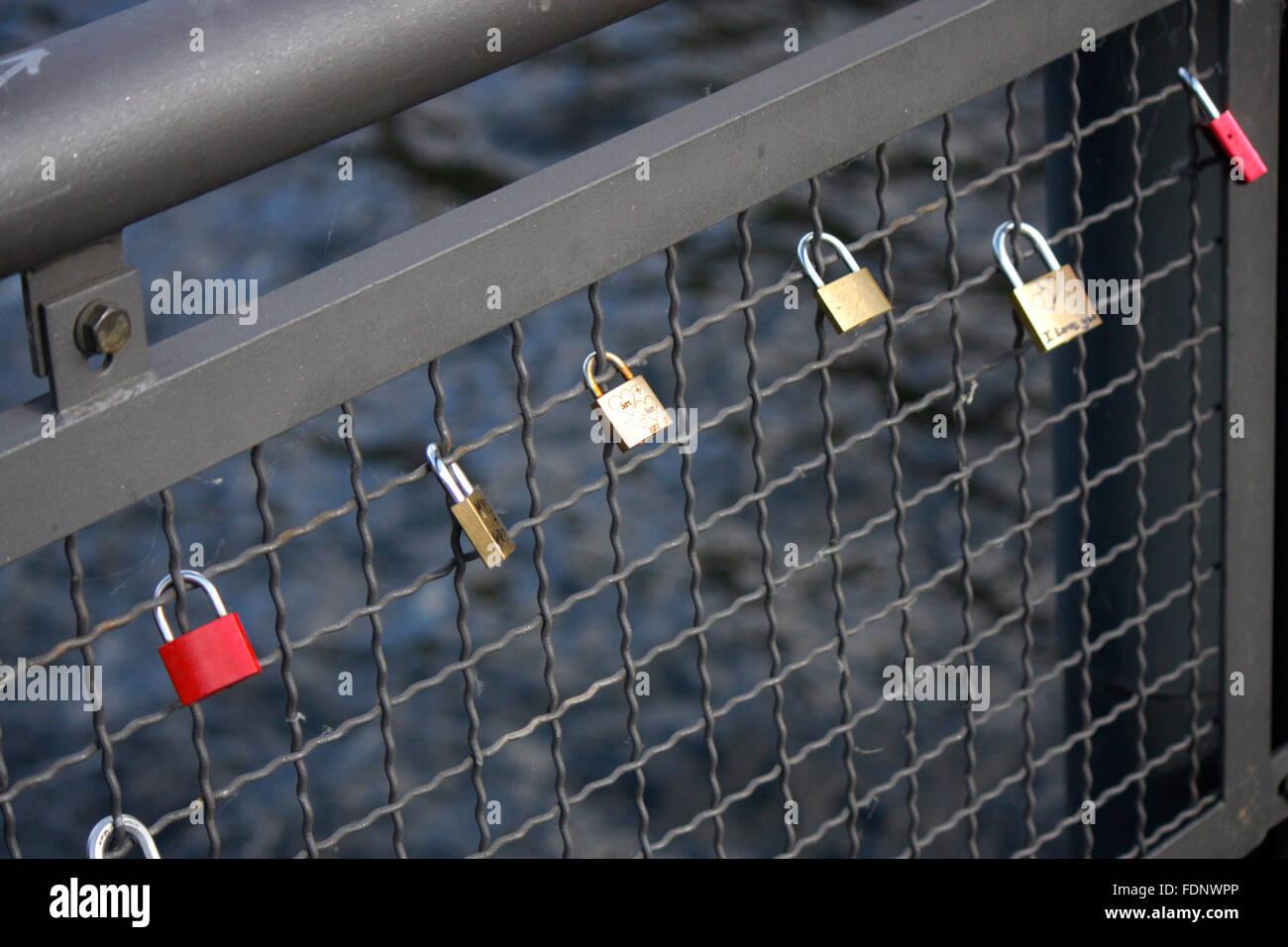 Schloesser mit Liebesbekundungen an einer Bruecke, Berlin. - Stock Image