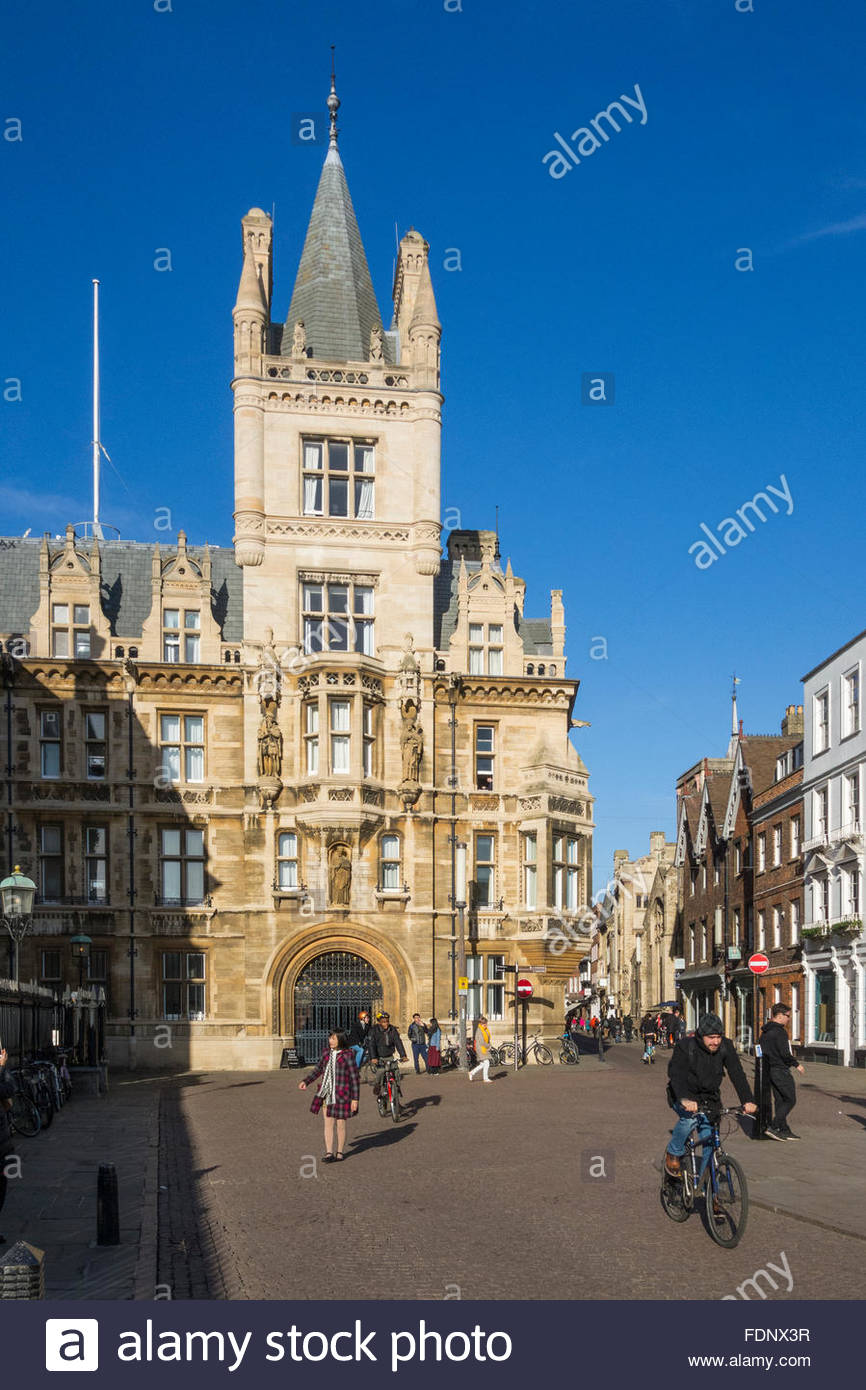 Cyclists and pedestrians in Kings Parade, Cambridge, England - Stock Image