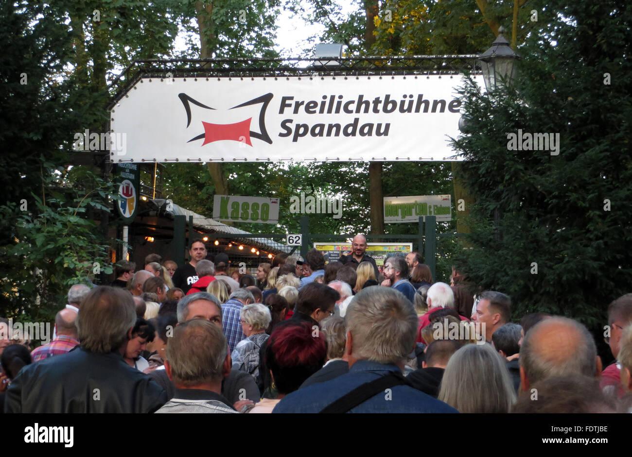28.08.2015, Berlin, Deutschland - Menschen am Eingang zur Freilichtbuehne Spandau. 00S150828D800CARO.JPG [MODEL Stock Photo