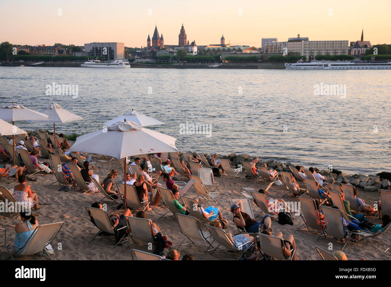 Deutschland, Hessen, Wiesbaden, Stadtteil Mainz-Kastel, Strandcafe mit Blick auf die Mainzer Skyline - Stock Image