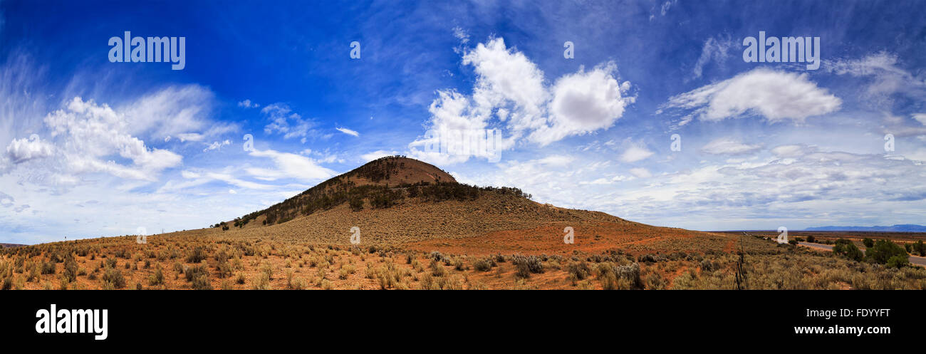 dry red remote plains of South Australia in Eyre Peninsula with single elevated hill on the horizon near Port Augusta - Stock Image
