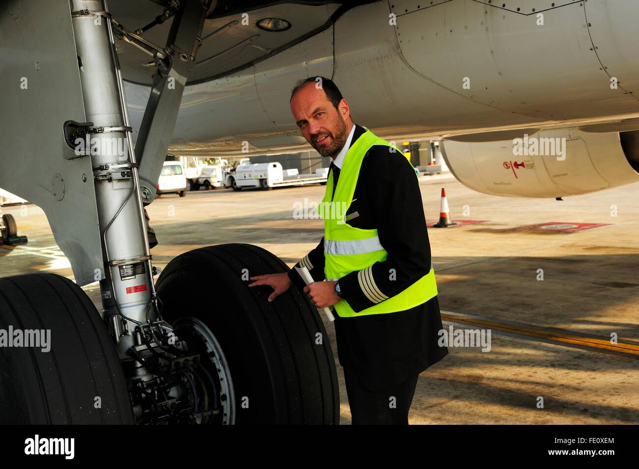 Pilot checking tyres and undercarriage, passenger aircraft, Airbus A321 - Stock Image