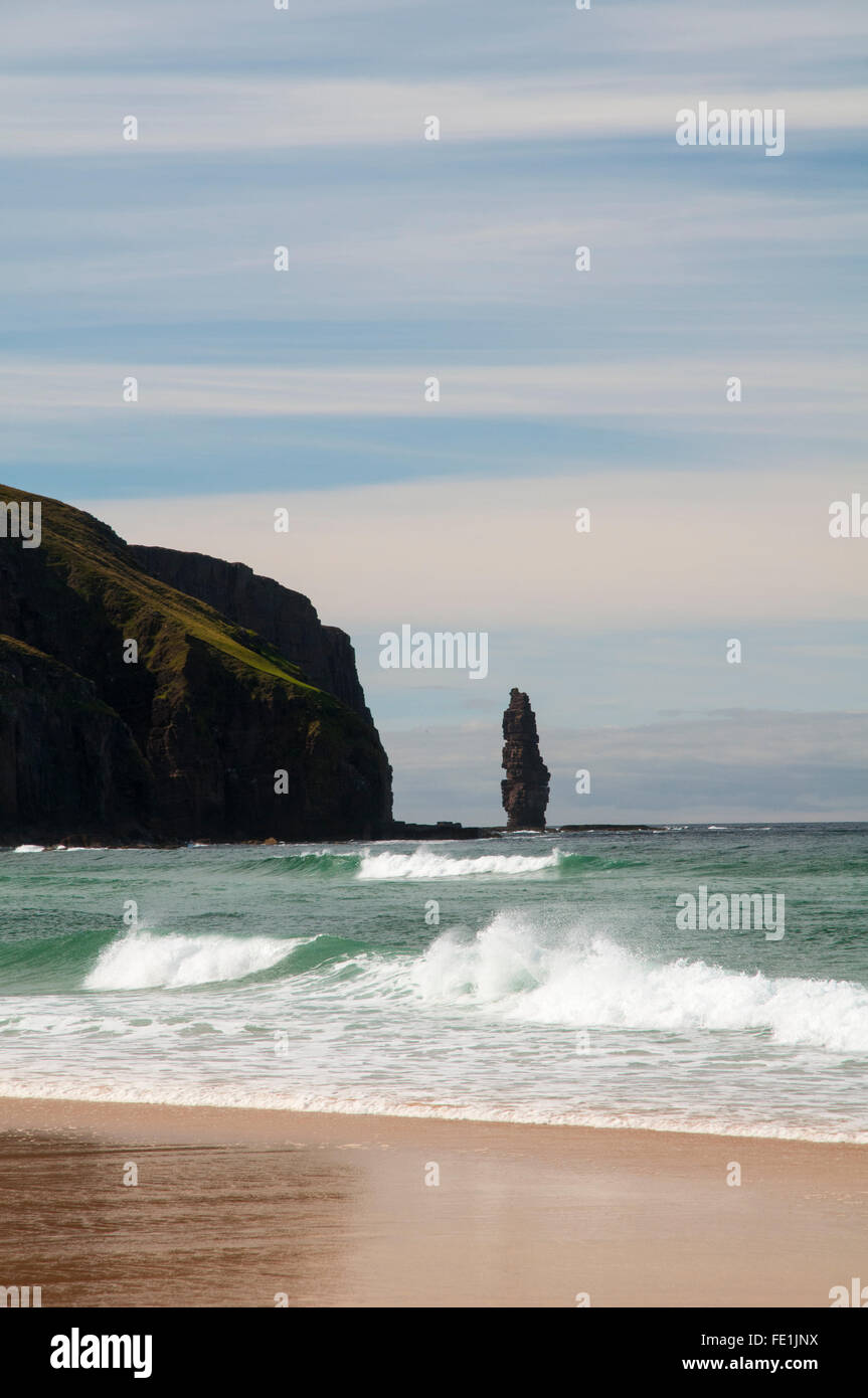 The sea stack Am Buachaille just off the headland of Rubh' a Bhuachaille seen from the beach Tràigh Shanabhait - Stock Image