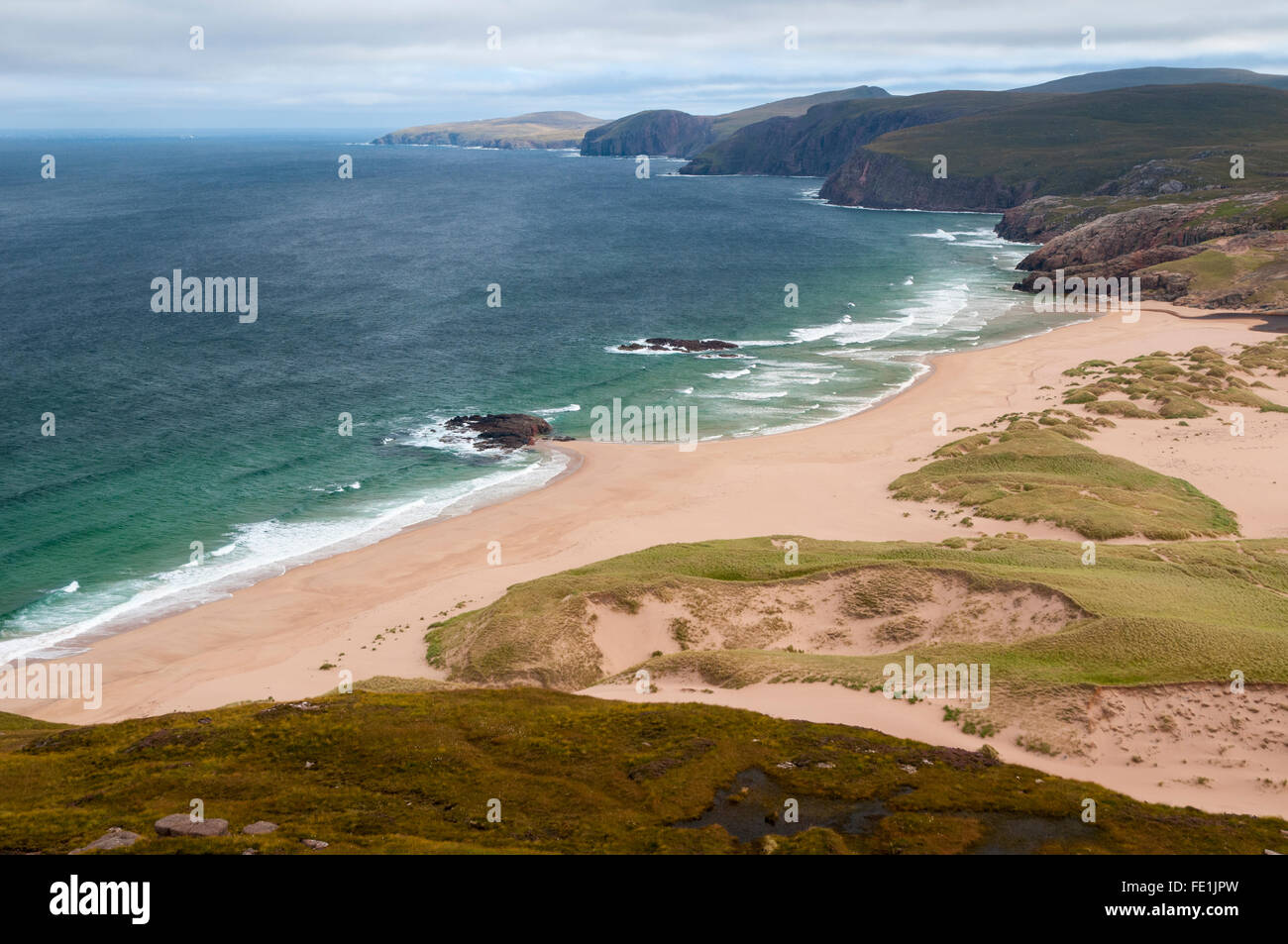 A view of the beach Tràigh Shanabhait at Sandwood Bay on the Cape Wrath peninsula in Sutherland, Scotland. - Stock Image