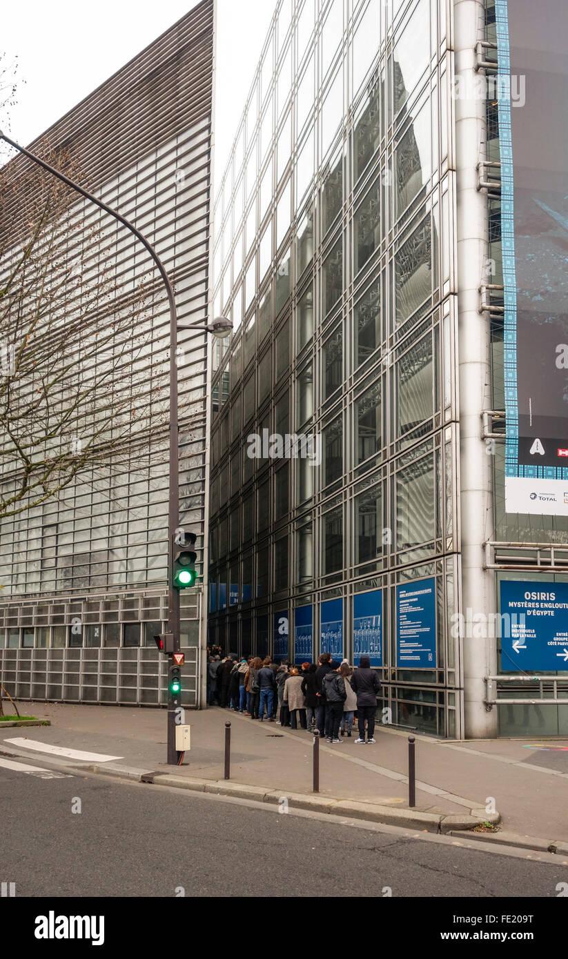 Visitors lining up at the Arab World Institute, Institut du Monde Arabe, in Paris, France. - Stock Image