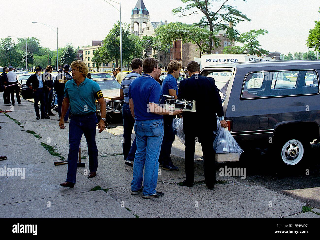 Chicago, Illinois, 5th August, 1986 Federal agents along with Chicago Police raid the headquarters Temple building - Stock Image