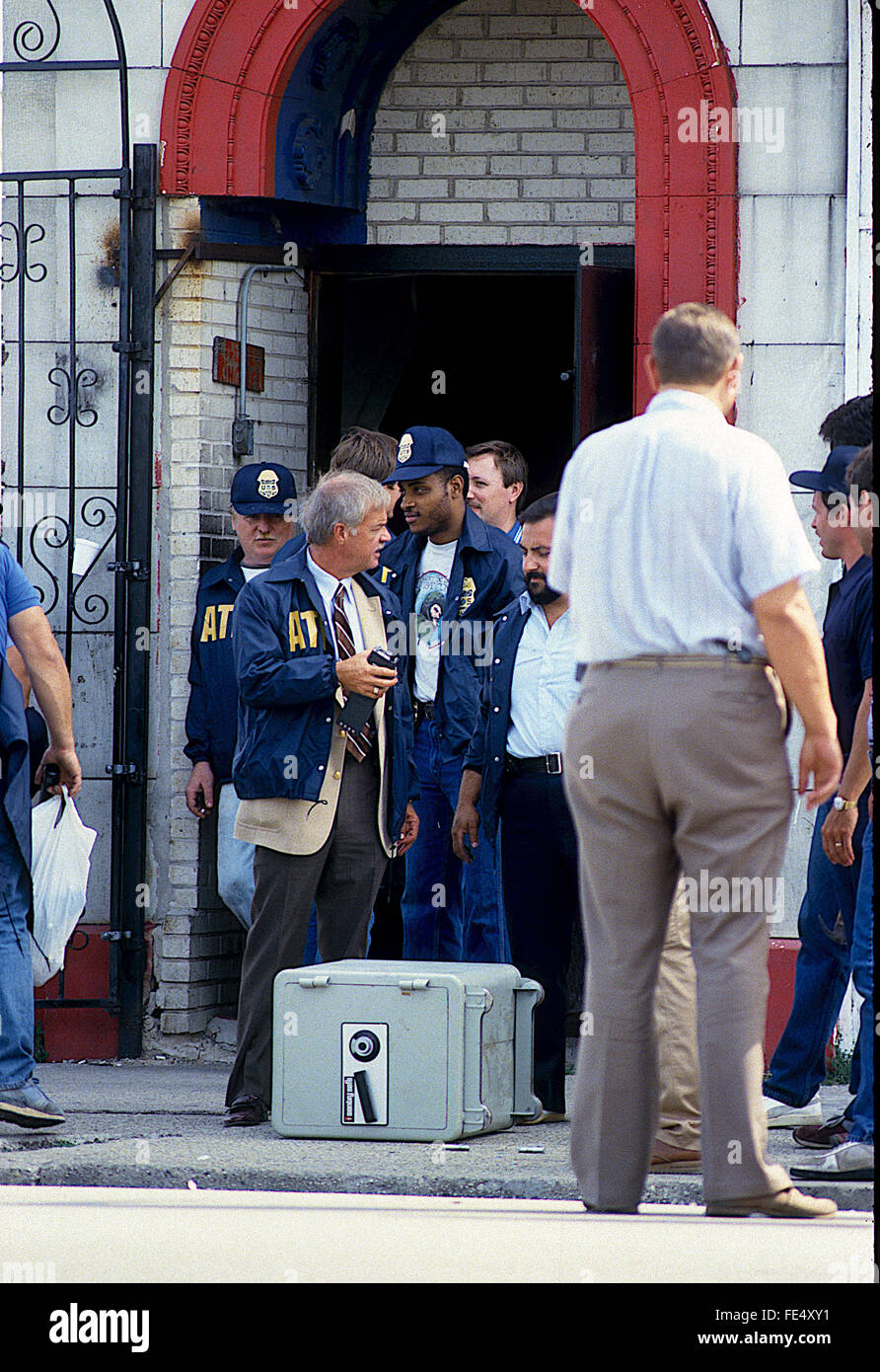 Chicago, Illinois, USA, 5th August,1986 Federal agents along with Chicago Police raid the headquarters Temple building - Stock Image