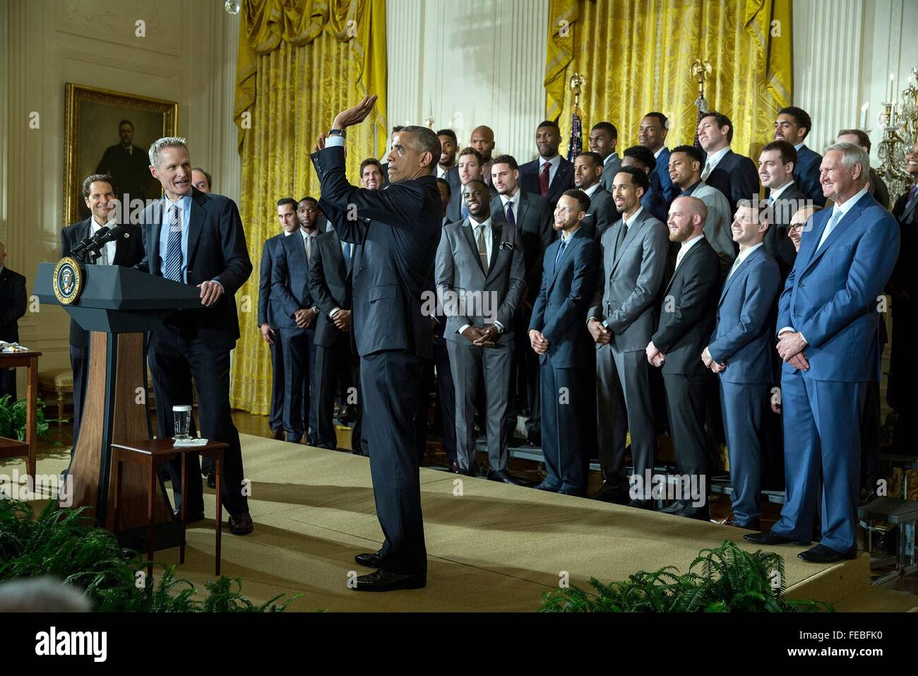 Washington DC, USA. 05th Feb, 2016. U.S President Barack Obama clowns around with coach Steve Kerr as he meets with - Stock Image