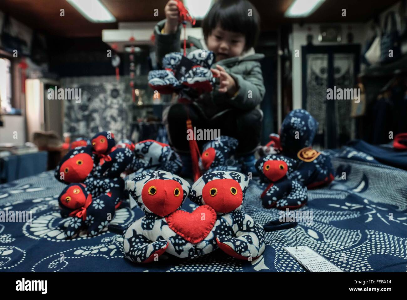 (160205) -- NANTONG, Feb. 5, 2016 (Xinhua) -- A kid picks blueprint cloth in the shape of monkey in Nantong, east - Stock Image