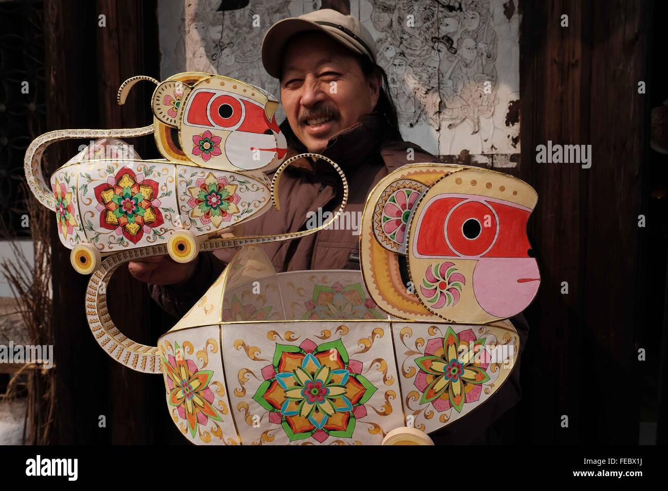 (160205) -- NANTONG, Feb. 5, 2016 (Xinhua) -- Folk artist He Linxiang demonstrates monkey-shaped lanterns he designed - Stock Image