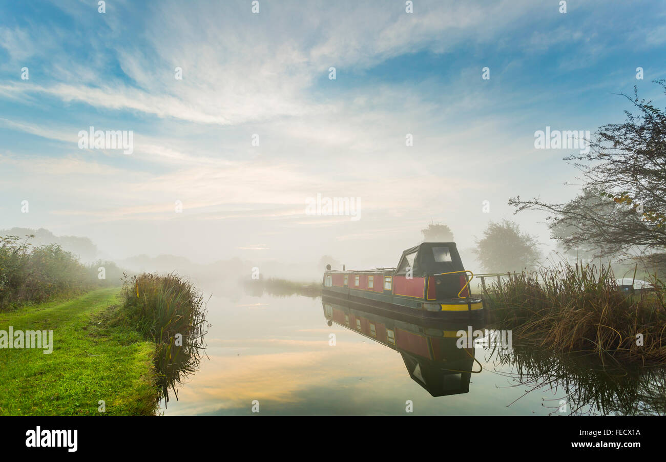 A misty morning on the Ashby Canal at Shackerstone. - Stock Image
