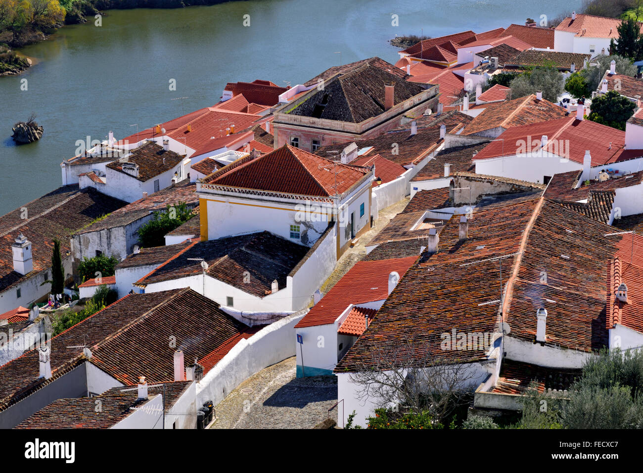 Portugal, Alentejo: View to the rooftops of historic village Mértola overlooking river Guadiana - Stock Image