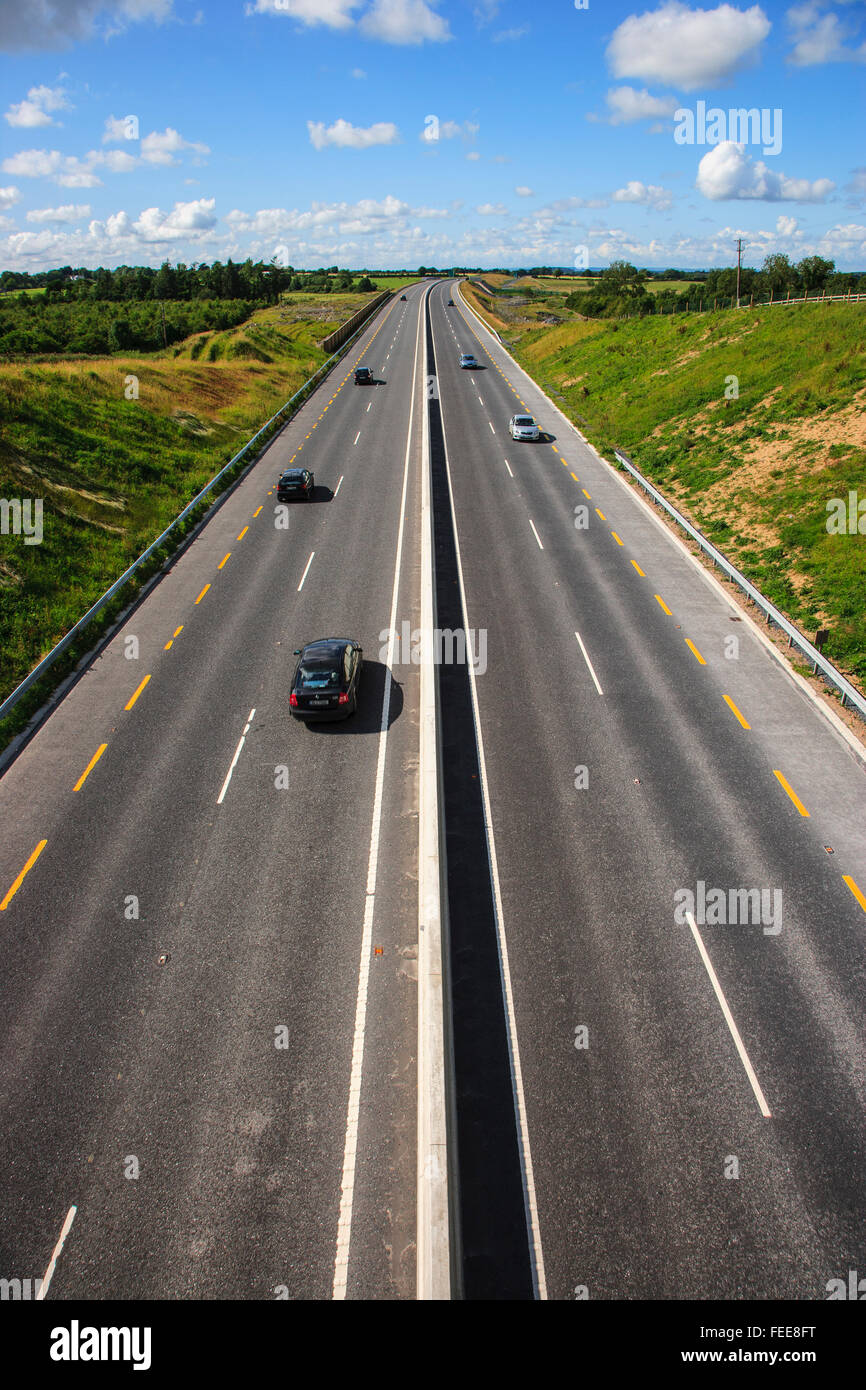 dual carriageway road traffic [Pt] horizon sky uk - Stock Image