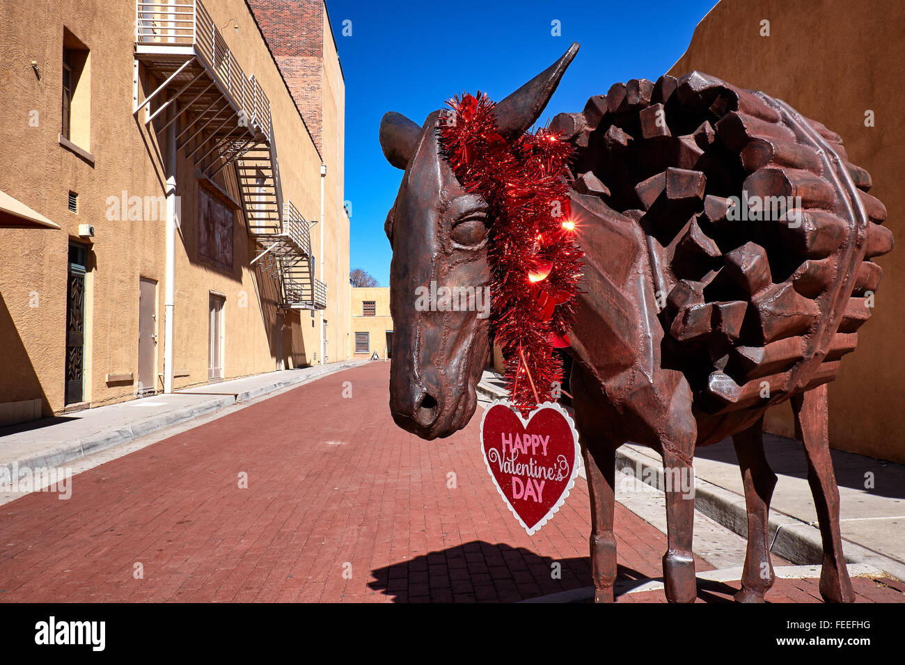 Sculpture in Burro Alley, Santa Fe, New Mexico, decorated for Valentine's Day - Stock Image