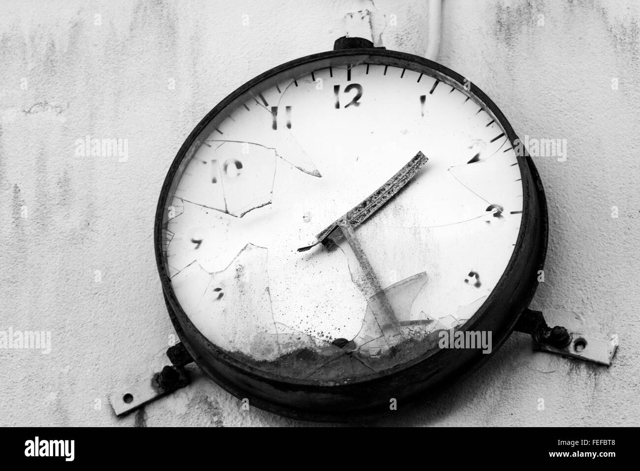 Stopped Clock: Faded face, Smashed Glass at the Derelict Unigate Factory, Great Torrington, Devon, England. - Stock Image