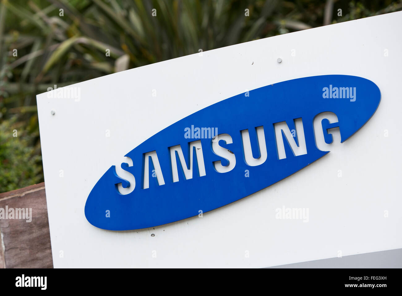 A logo sign outside of a facility occupied by Samsung in San Diego, California on January 30, 2016. - Stock Image