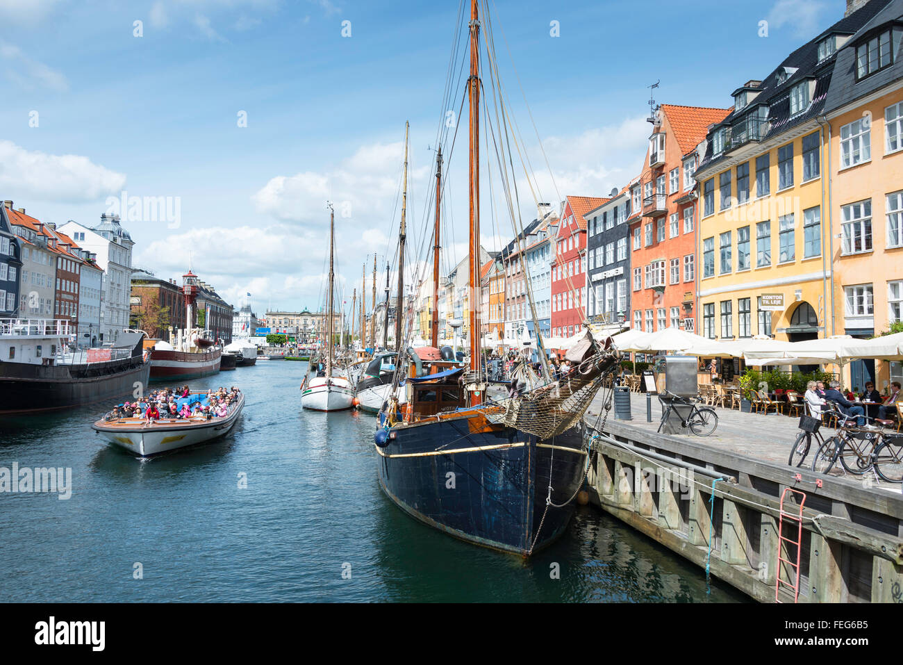 Sightseeing cruise boat on 17th century waterfront, Nyhaven Canal, Copenhagen, Hovedstaden Region, Kingdom of Denmark - Stock Image