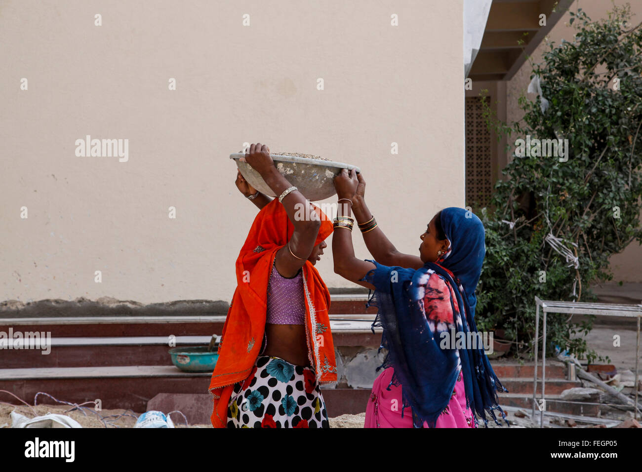 India's illiterate women working as laborers using their hands. - Stock Image