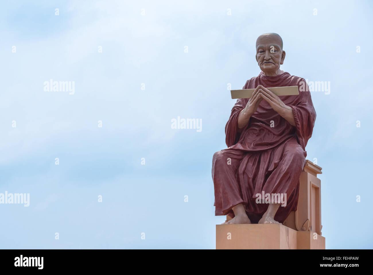 monk statue of buddhist recite scriptures - Stock Image