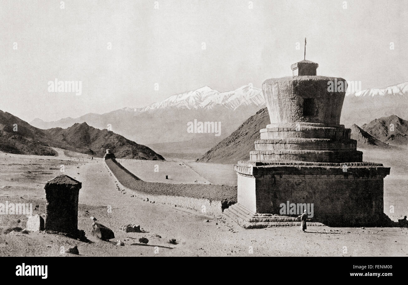 A Tibetan Mani-wall, near Leh in the Himalayas, terminated by two relic towers or chorlens.  These stone structures - Stock Image