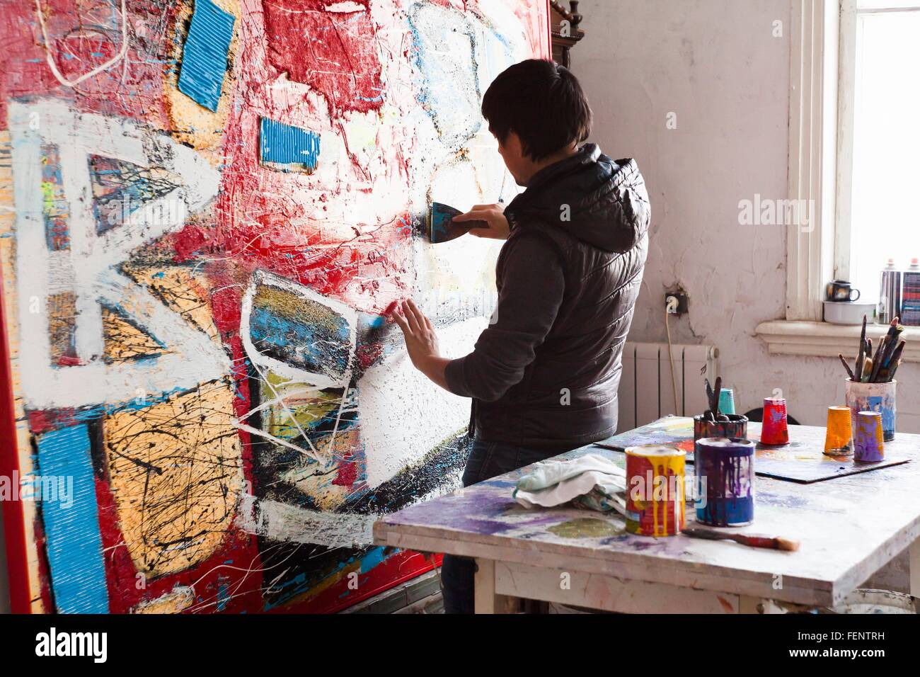 Male artist creating painted artwork - Stock Image
