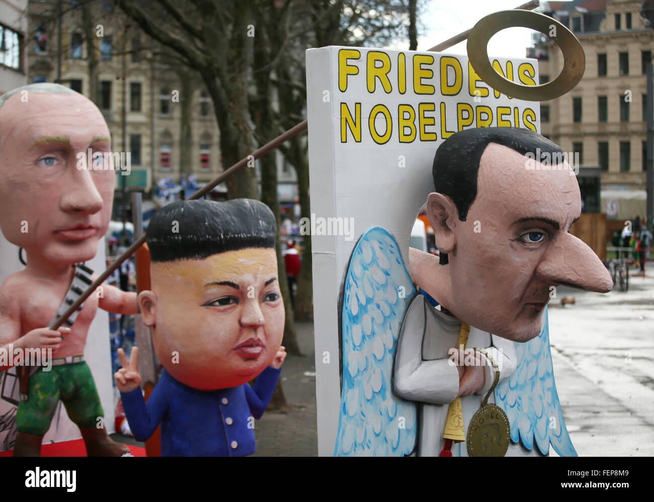 Karnevalisten ziehen am Rosenmontag (08.02.2016) mit dem Motivwagen «Friedensnobelpreis» und den Abbildungen - Stock Image