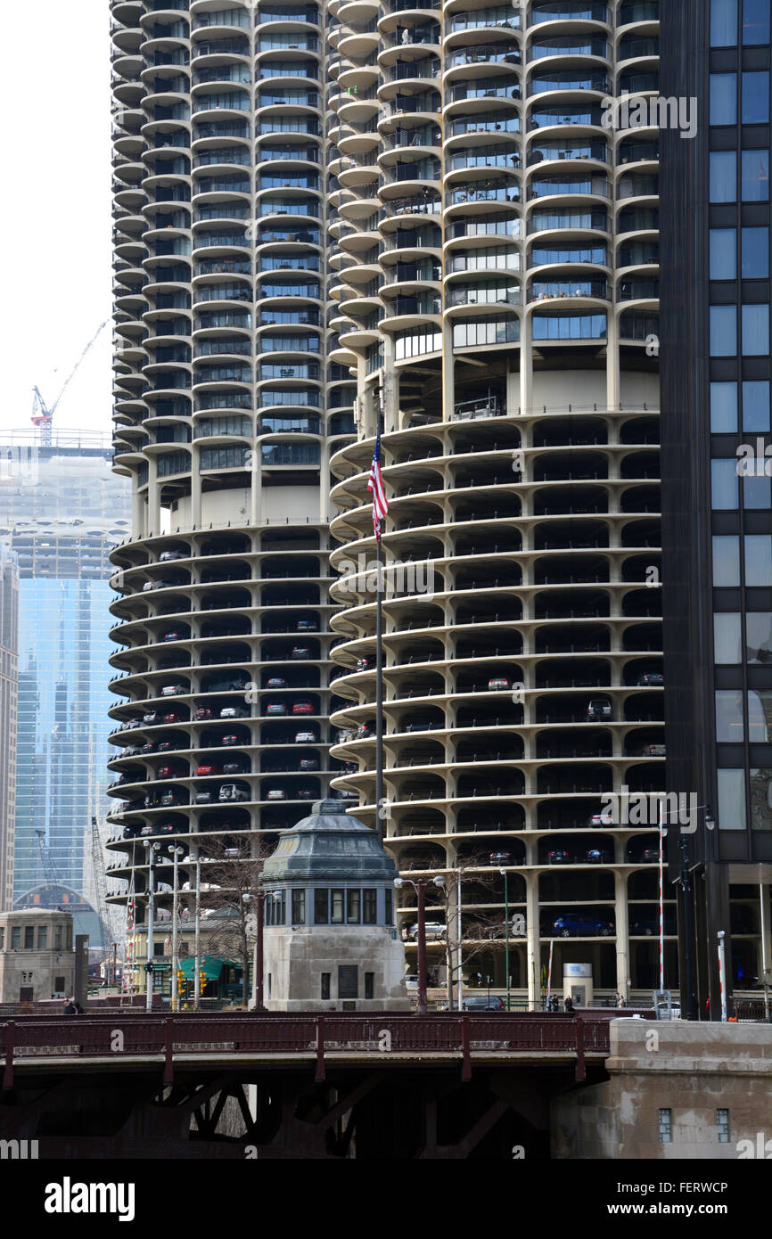 Marina City Towers along the banks of the Chicago River, Chicago Illinois. - Stock Image