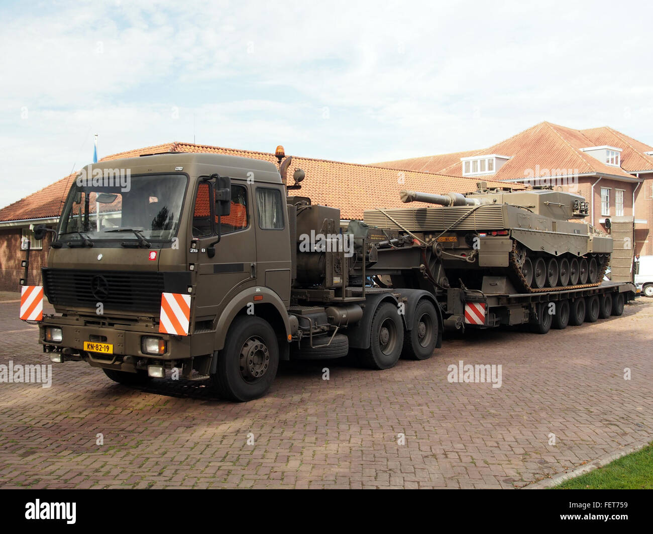 Mercedes 2648, Leopard 2A4 Dutch army KU-84-01 on trailer pic2
