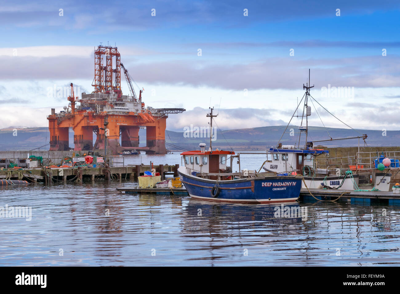 NORTH SEA OIL RIG WEST PHOENIX ANCHORED OUTSIDE CROMARTY HARBOUR WITH FISHING BOATS CROMARTY FIRTH BLACK ISLE SCOTLAND - Stock Image