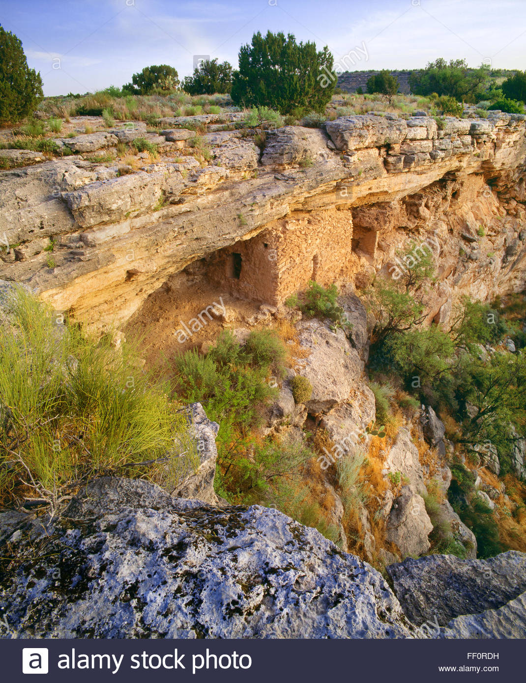 Sinagua culture cliff dwelling below the rim of 'Montezuma Well'  [Montezuma Castle National Monument] Arizona - Stock Image