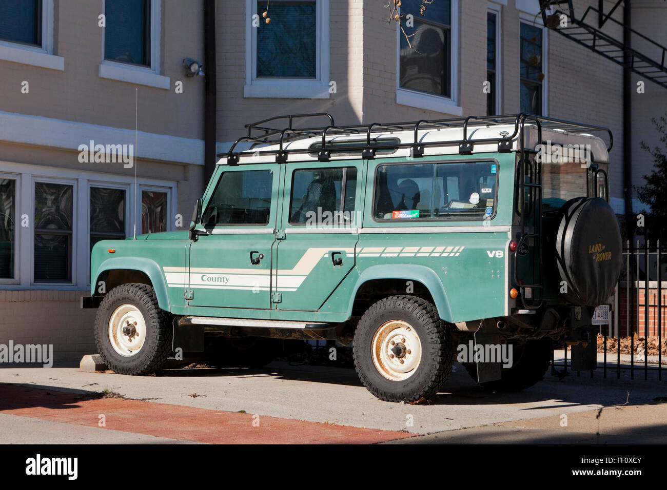 Land Rover Defender Usa >> 1985 Land Rover Defender 110 County truck with roof rack - USA Stock Photo: 95292427 - Alamy