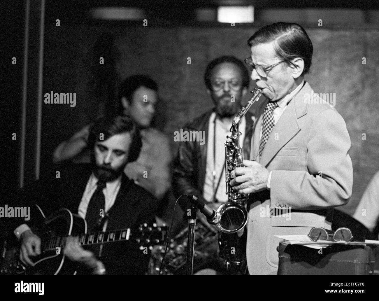 "Les Lieber on sax, Bill Wurtzel guitar, Earl May bass, and Jimmy Heath, at Les Lieber's ""Jazz at Noon"" on 58th Street - Stock Image"