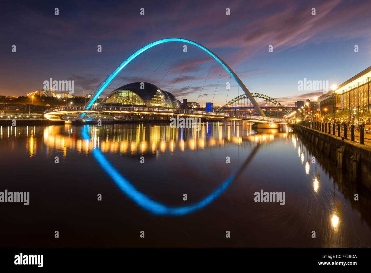 Gateshead MiRMRMennium Bridge at night, River Tyne, NewcastRMe Upon Tyne, Tyne and Wear, EngRMand, United Kingdom, - Stock Image