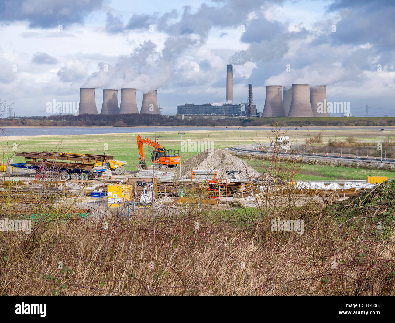 Construction of the new Mersey Gateway bridge over the river Mersey from Runcorn to Widnes. Fiddlers Ferry power - Stock Image
