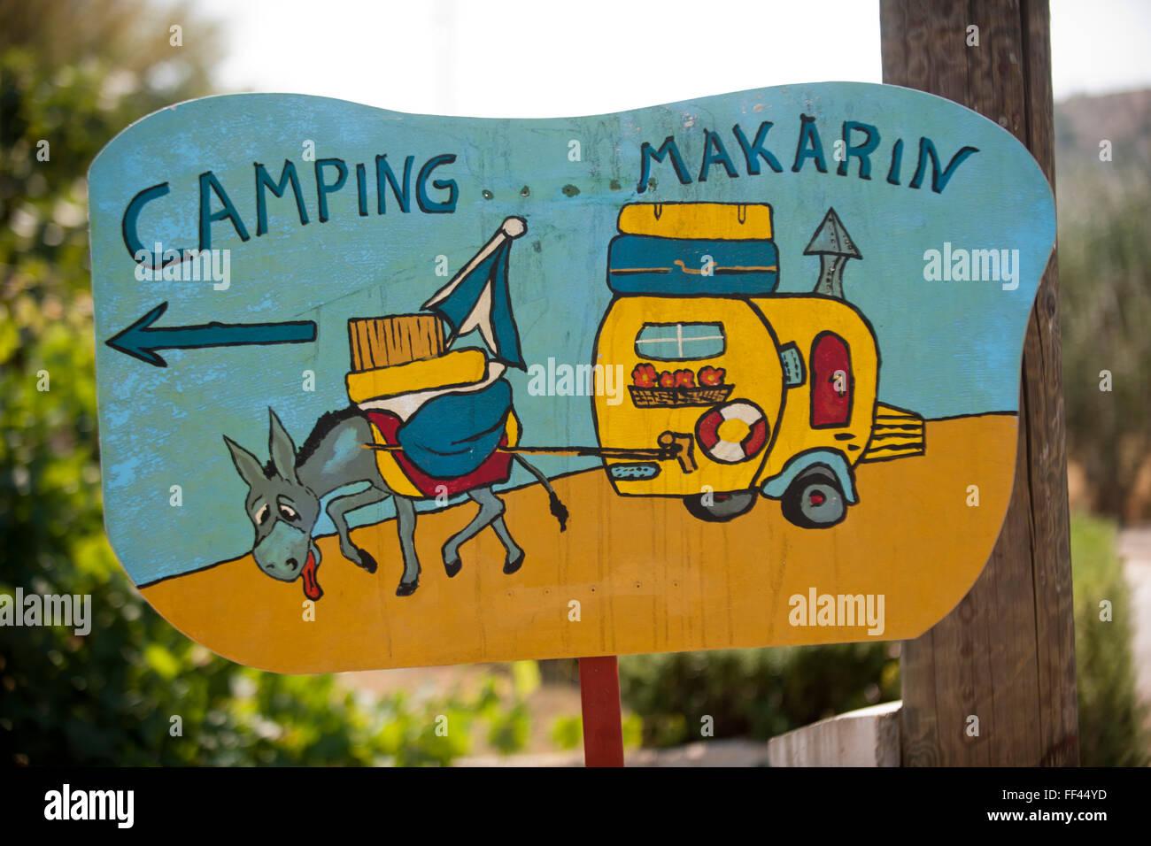 Kroatien, Dalmatien, Raslina bei Sibenik, Schild zum Campingplatz - Stock Image