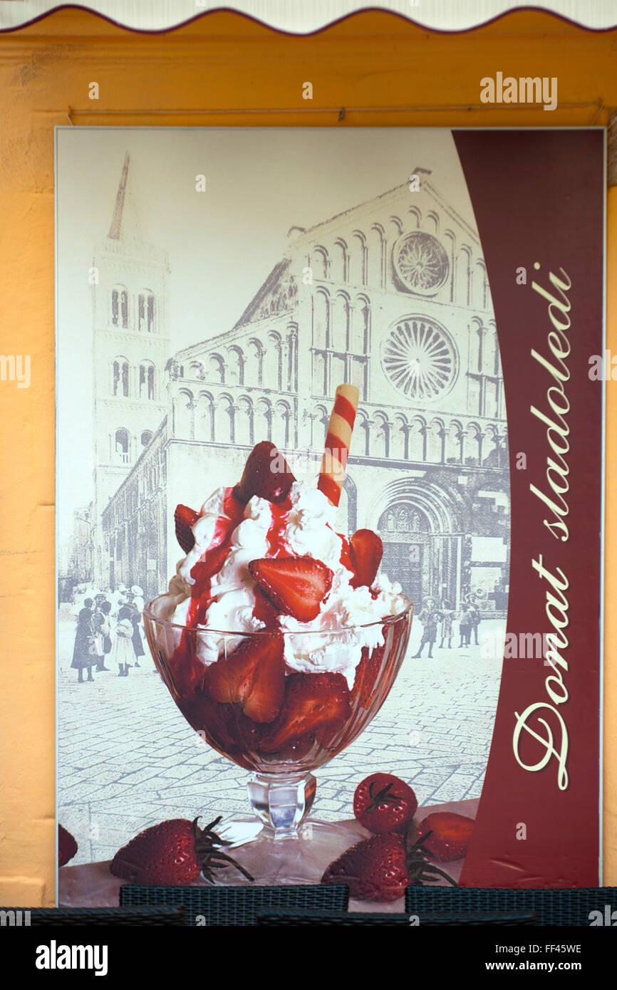 Kroatien, Dalmatien, Zadar, das berühmte Eiscafe Donat gegenüber der Kathedrale Sveta Stosija ( St. Anastasia ) Stock Photo