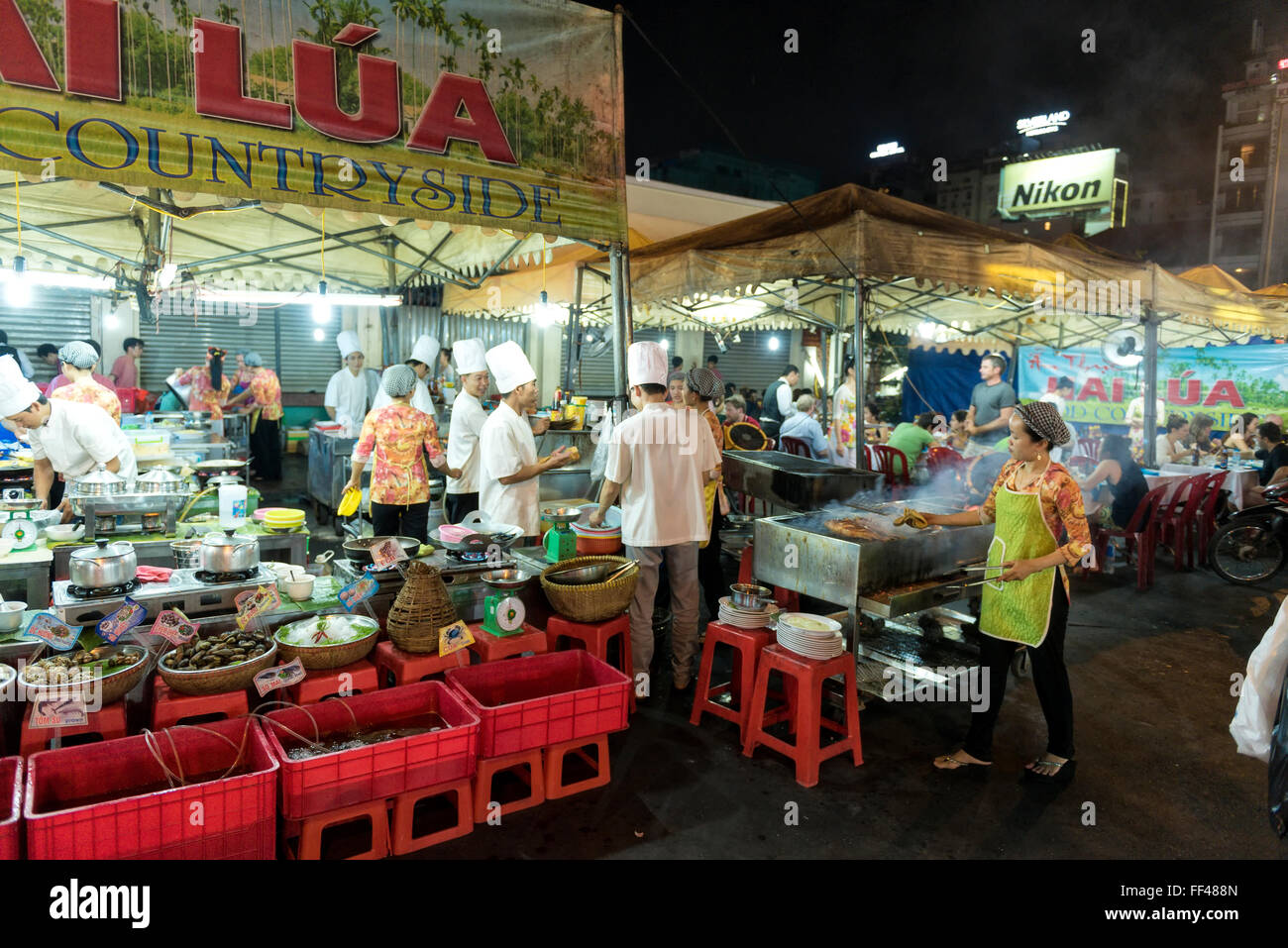 Chợ Bến Thành Market, Bến Nghé District, Ho Chi Minh City (Saigon), Vietnam nightmarket street kitchens - Stock Image