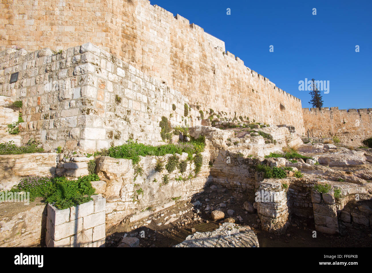 Jerusalem - The south part of town walls and the excavations. - Stock Image
