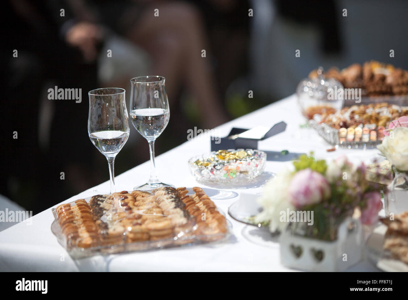 Decoration of a Persian wedding table, outside - Stock Image