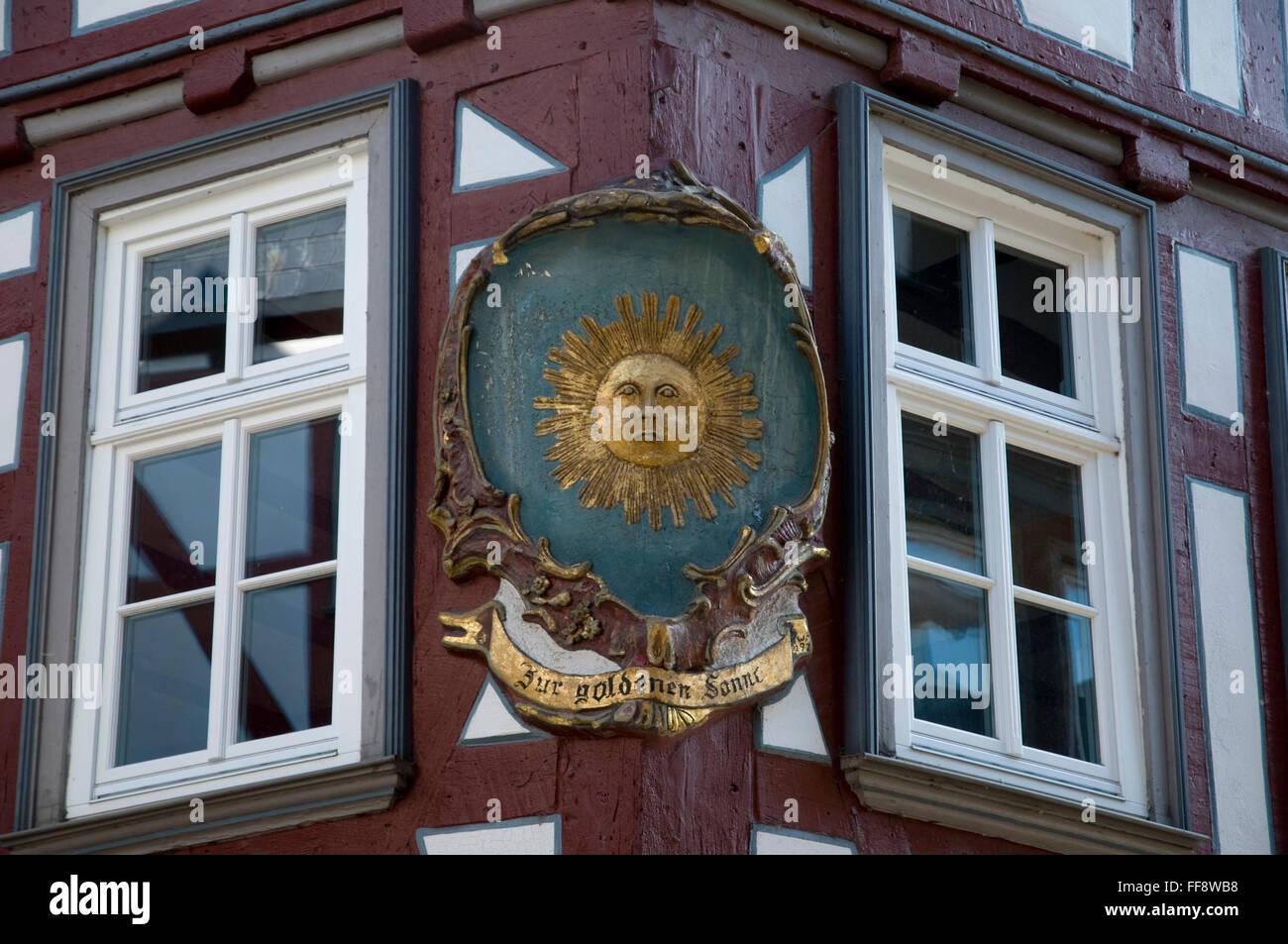 alter Gasthaus Zeichen Zur goldenen Sonne, Altstadt, Wetzlar, Hessen, Deutschland   old pub sign, Golden Sun, old - Stock Image