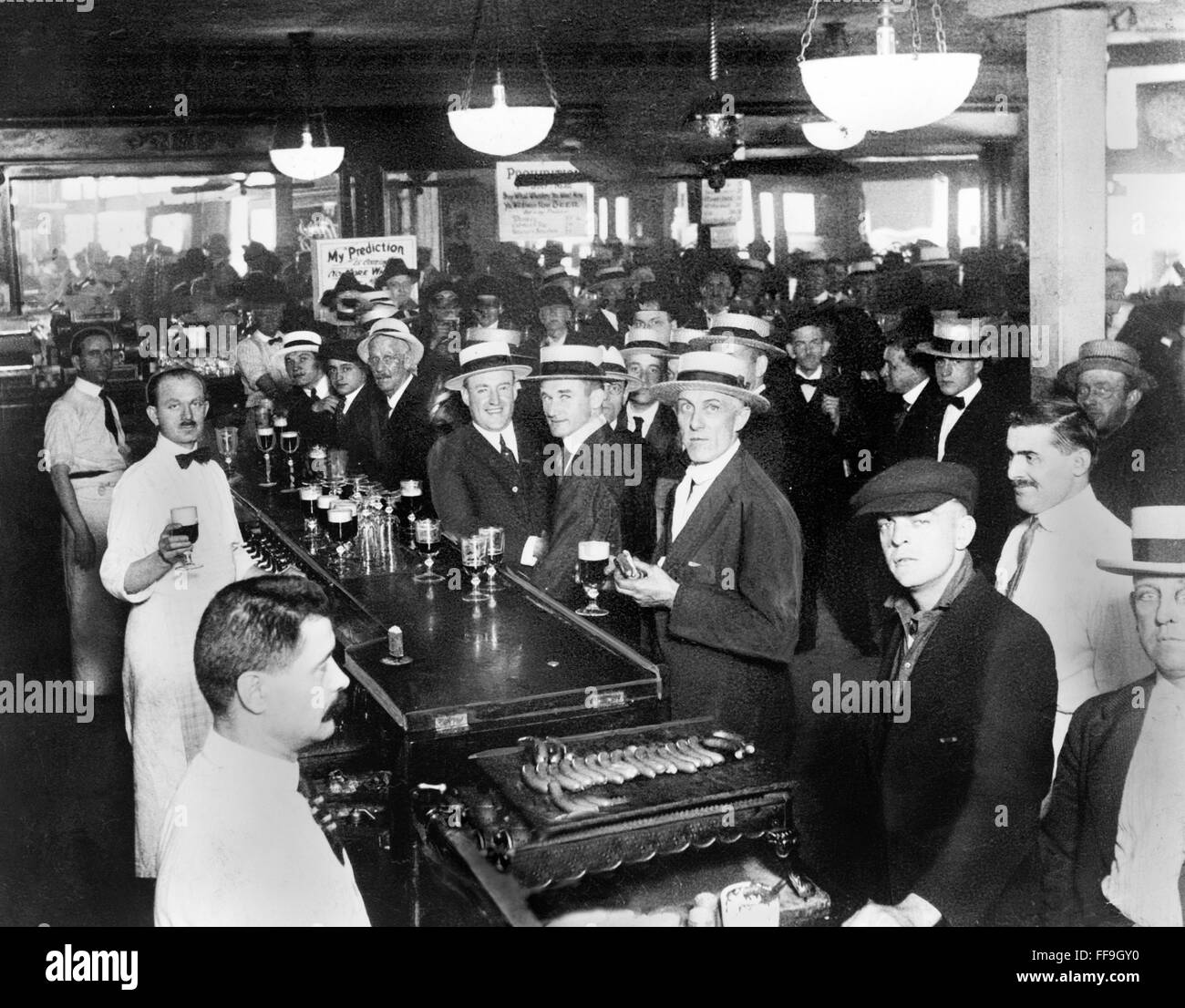Prohibition, USA. Interior of a crowded bar moments before midnight on June 30, 1919, when prohibition went into - Stock Image
