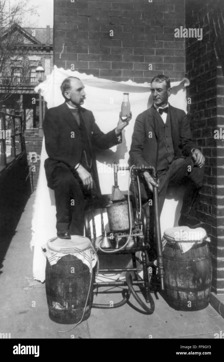 Prohibition, USA. Two men by a small homemade still during American prohibition in the 1920s, USA - Stock Image