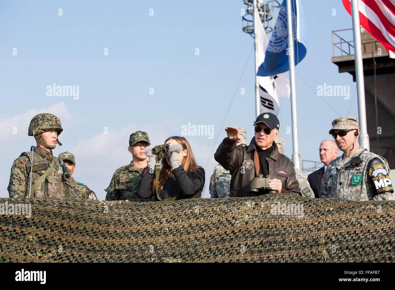 U.S Vice President Joe Biden and granddaughter Finnegan Biden are briefed by Lieutenant Colonel Daniel Edwan, Commander - Stock Image