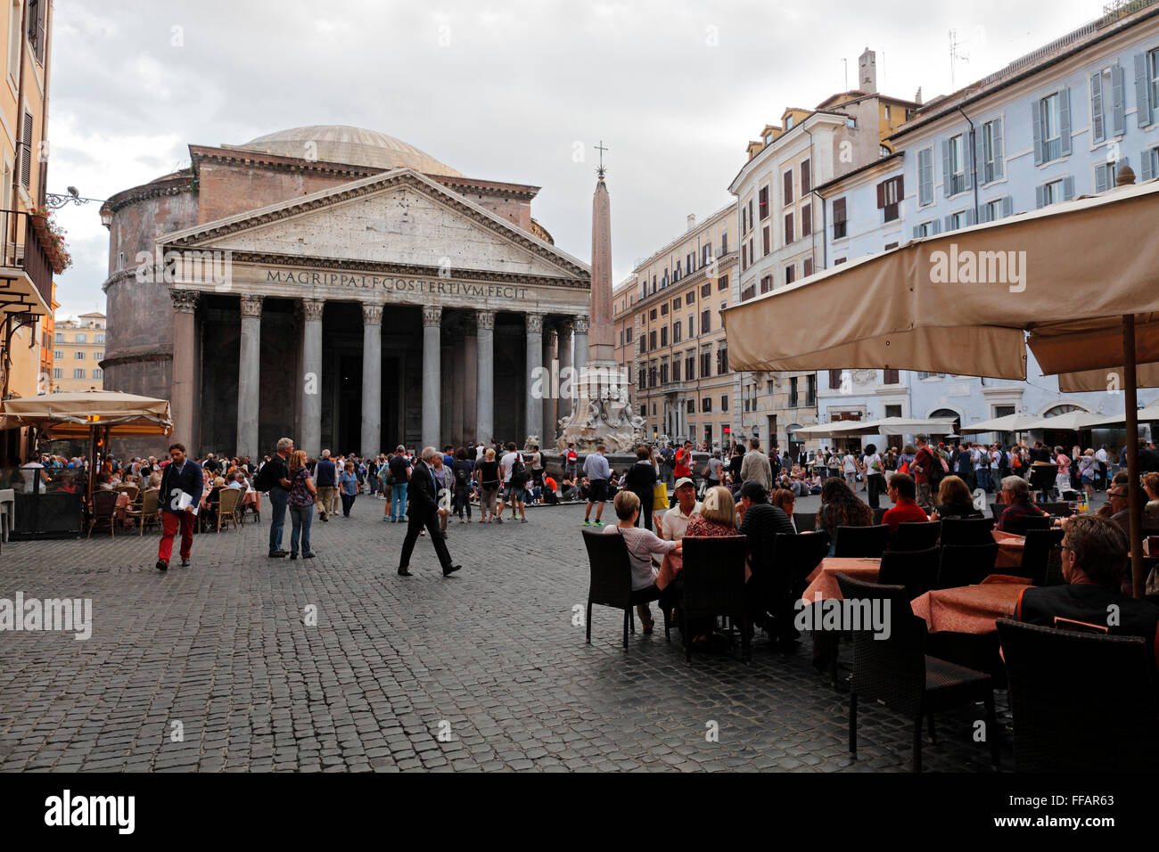 The Pantheon and the Fontana del Pantheon on Piazza della Rotonda, Rome, Italy Stock Photo