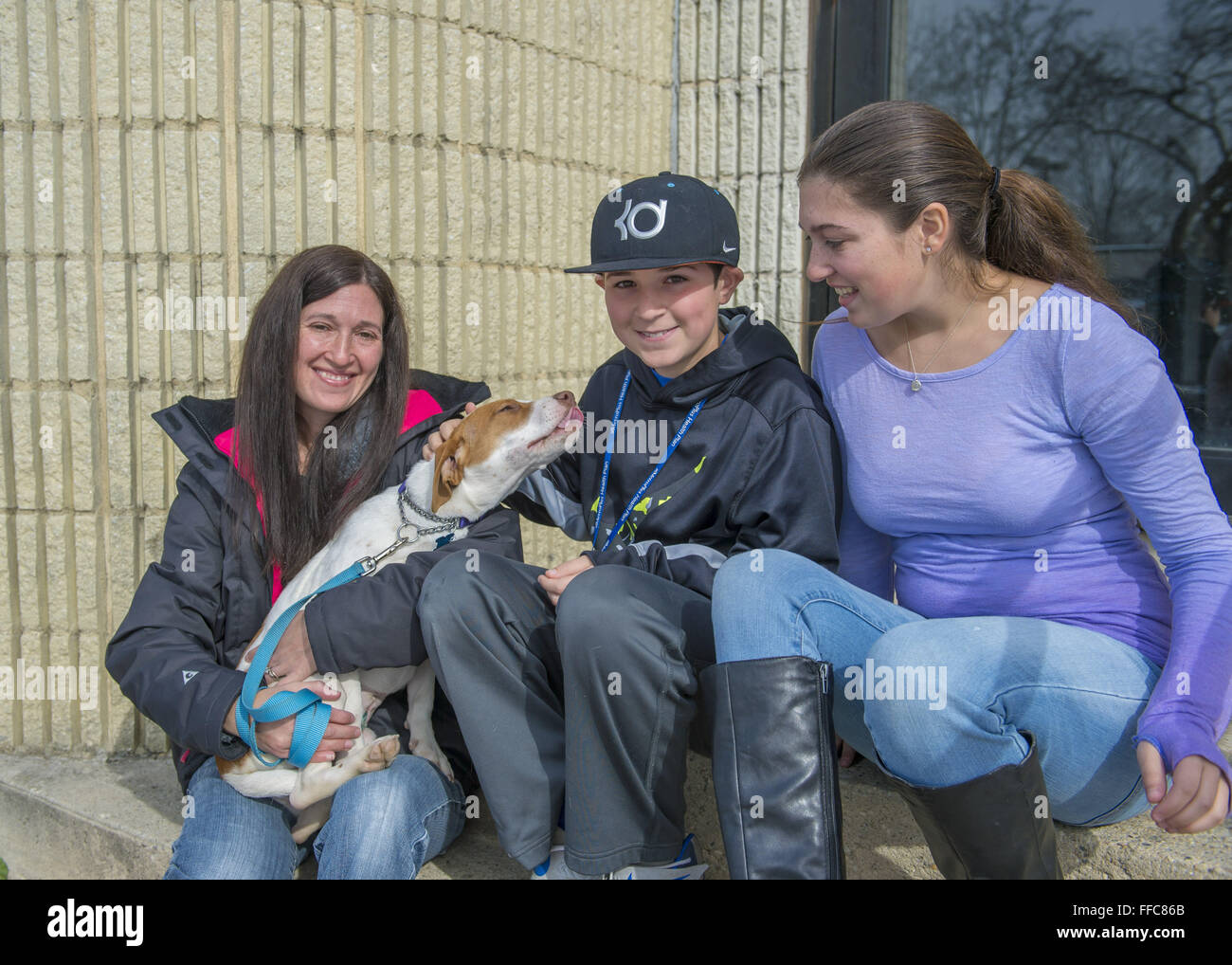 Wantagh, New York, USA. 7th Feb, 2016. Mom SARI, son ANDREW, and daughter EMILY, volunteers from Merrick, pet Halley - Stock Image