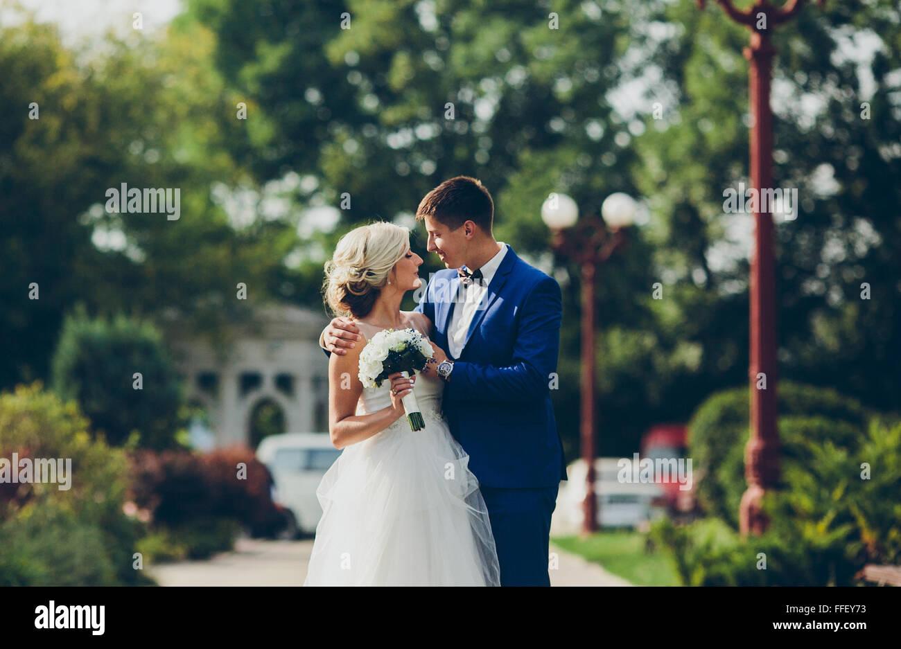 Beautiful wedding couple walkin - Stock Image